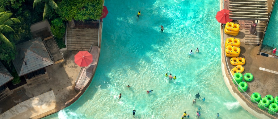 Vue de dessus du parc aquatique avec de nombreux voyageurs dans une piscine